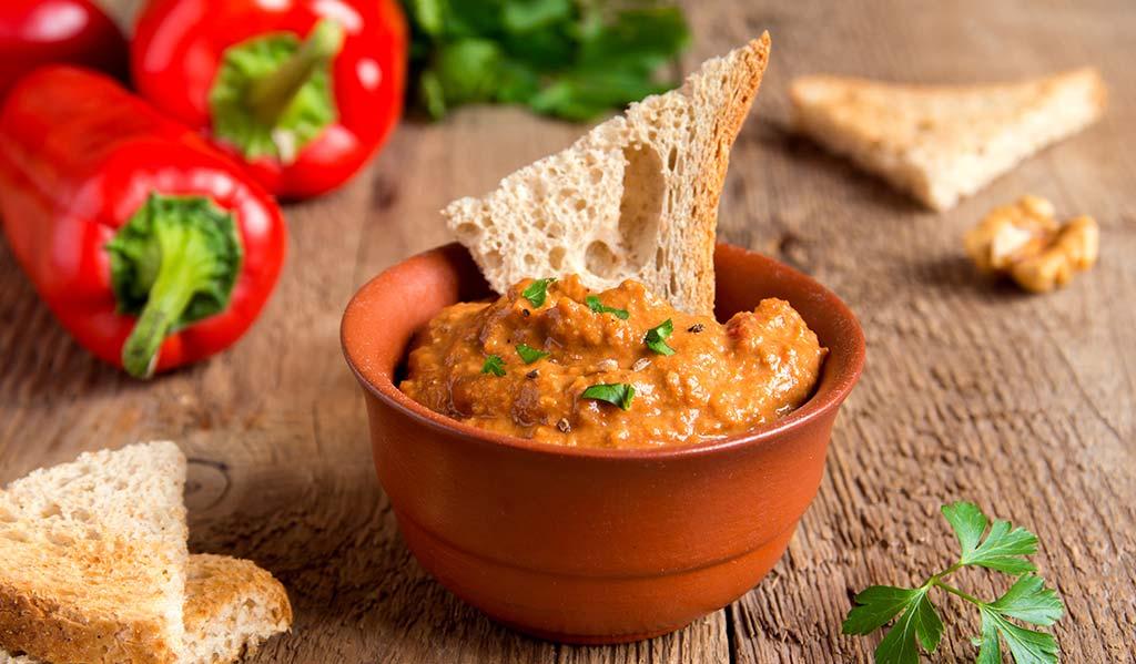Paprika-Dip mit Brot